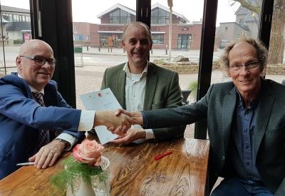 Contract getekend voor de verbouwing ;  Jan Brunshorst (KBL) - Wilbert de Wit (BBN)  en Harm Okker ( ProSenectute)