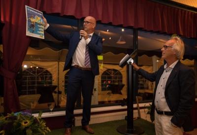Ere voorzitter Jan Brunshorst presenteerd de eerste uitgave van de jubileumkrant Sportclub Lochem 100 jaar